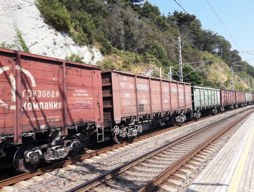 Грузовой поезд полувагоны